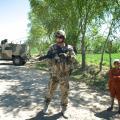 Duitse soldaat en Aghaanse jongen